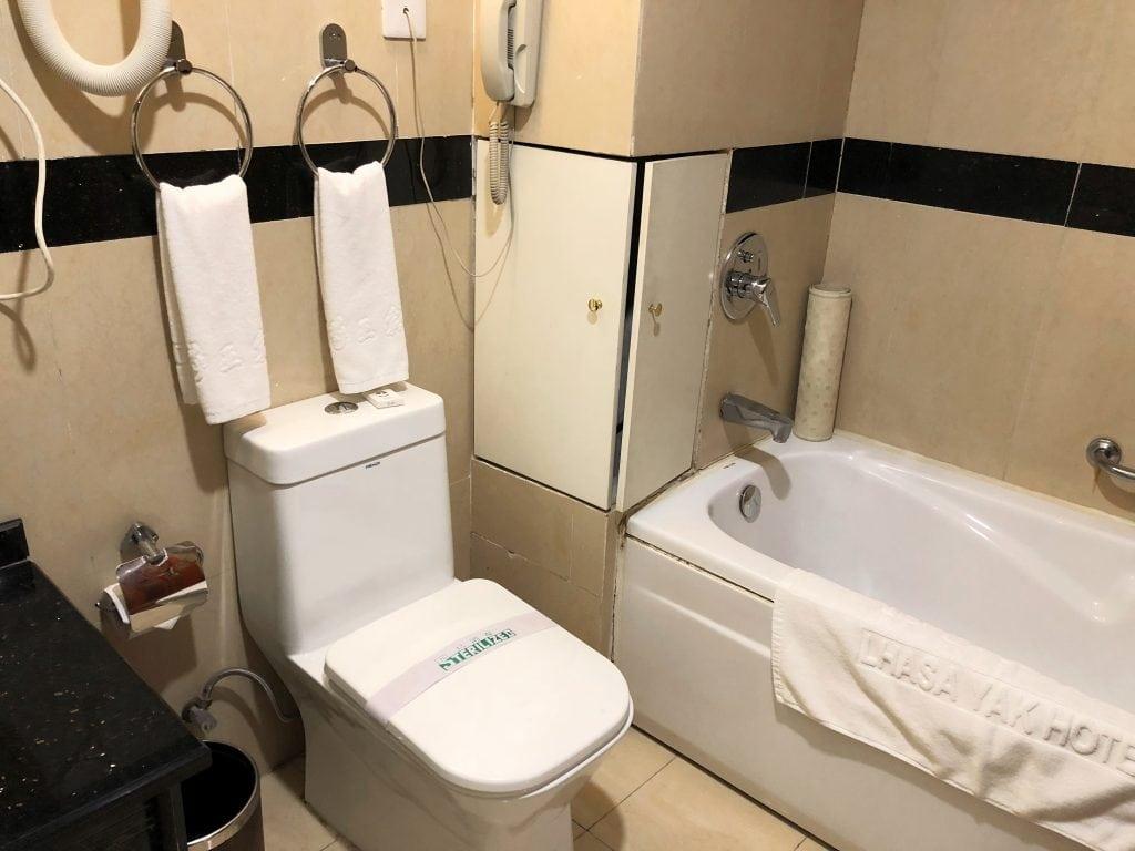 Bathroom with bath tub in Yak hotel in Lhasa